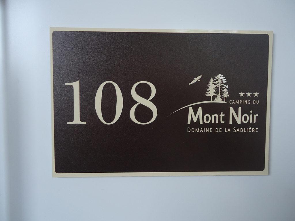 panneau de signalisation plaque numéro de place camping mont noir
