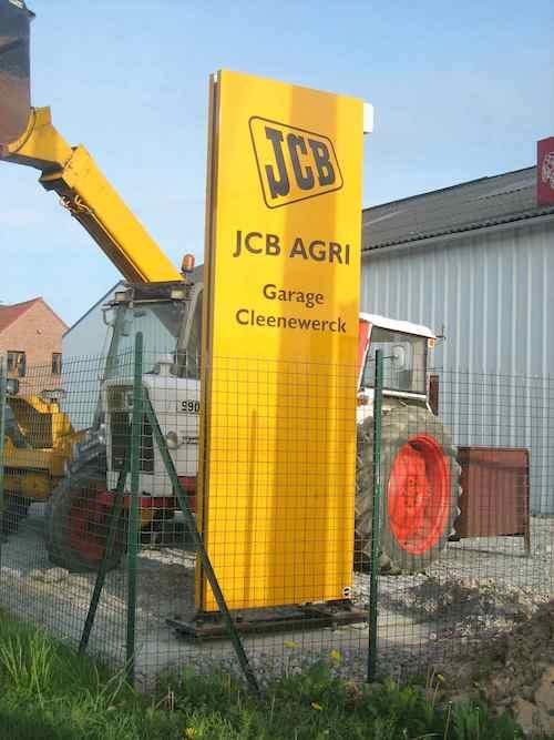totem jaune JCB garage mécanique carroserie