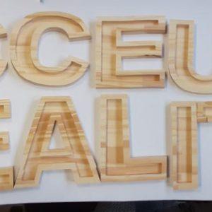 lettres découpées en bois